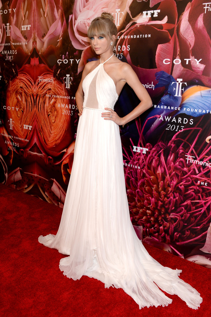 Taylor Swift attends the 2013 Fragrance Foundation Awards